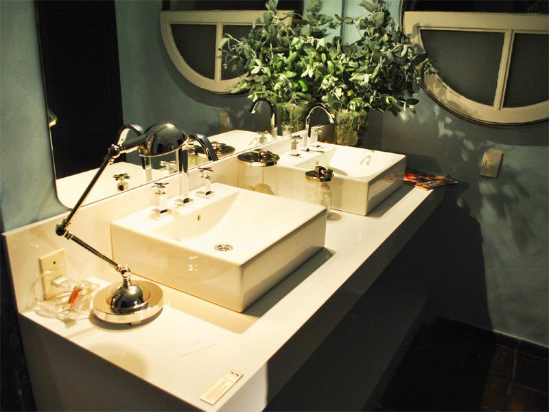 Bachas Blancas Para Baño:Dormitorio principal de Casa Cor