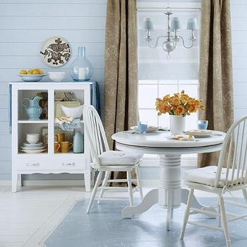 Comedor renovado con muebles blancos