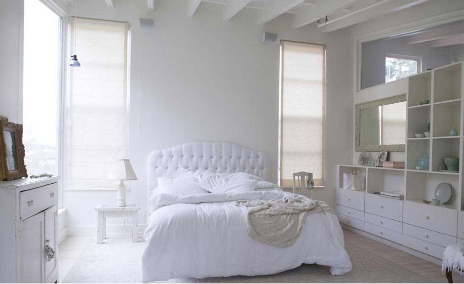 Un dormitorio a puro blanco
