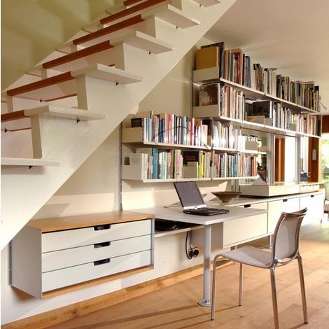 Biblioteca y oficina debajo de escalera