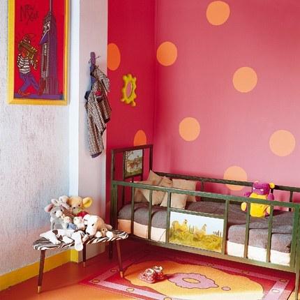 Dormitorio infantil en fucsia y naranja