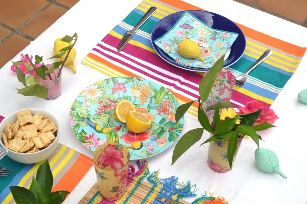 Mesa colorida con flores